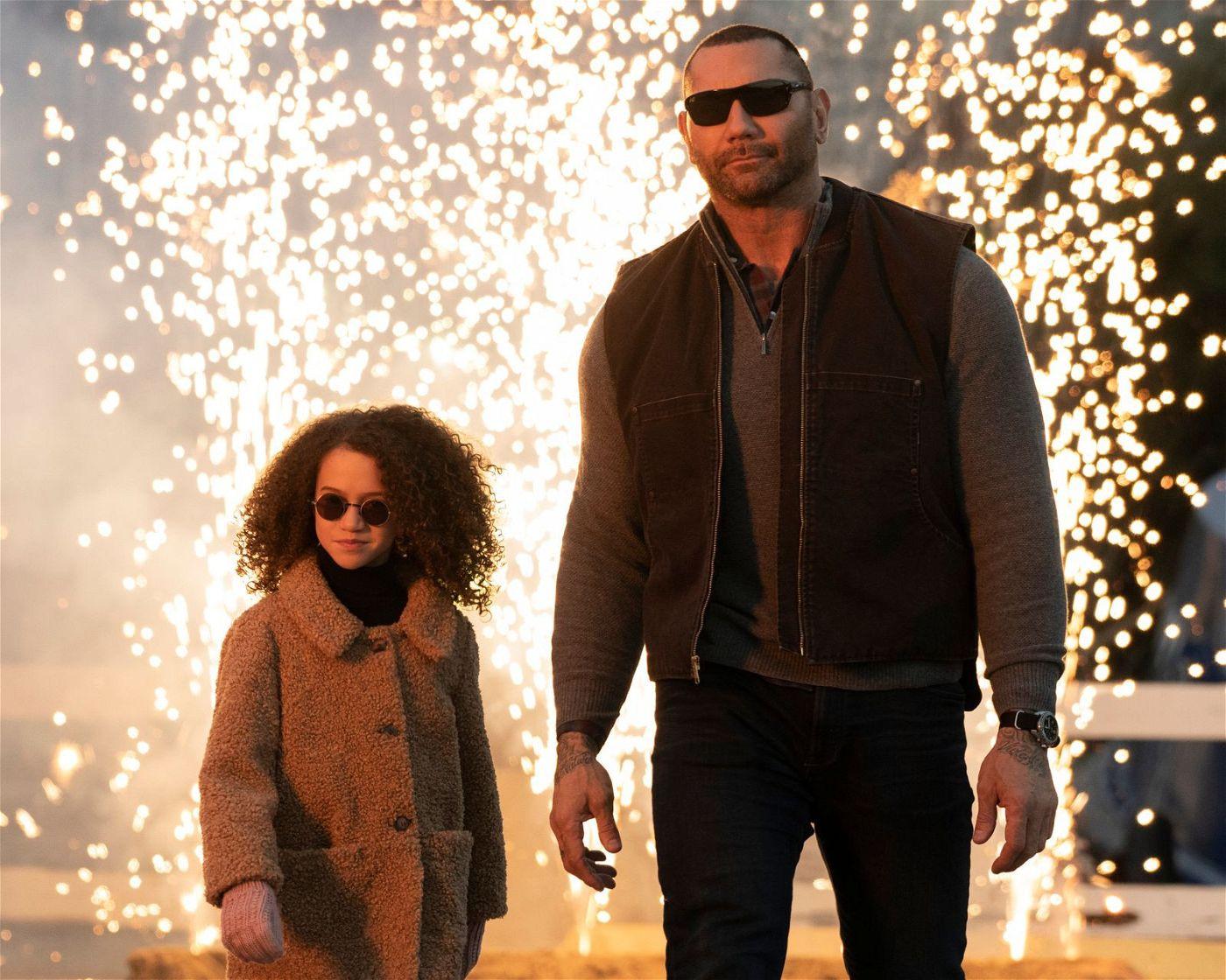 Das Outfit stimmt schon mal: JJ (Dave Bautista) und Sophie (Chloe Coleman) machen einen auf Agent.