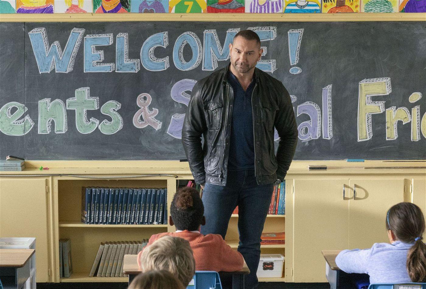 Im Zuge eines Einsatzes verschlägt es JJ (Dave Bautista) zurück an die Schule.