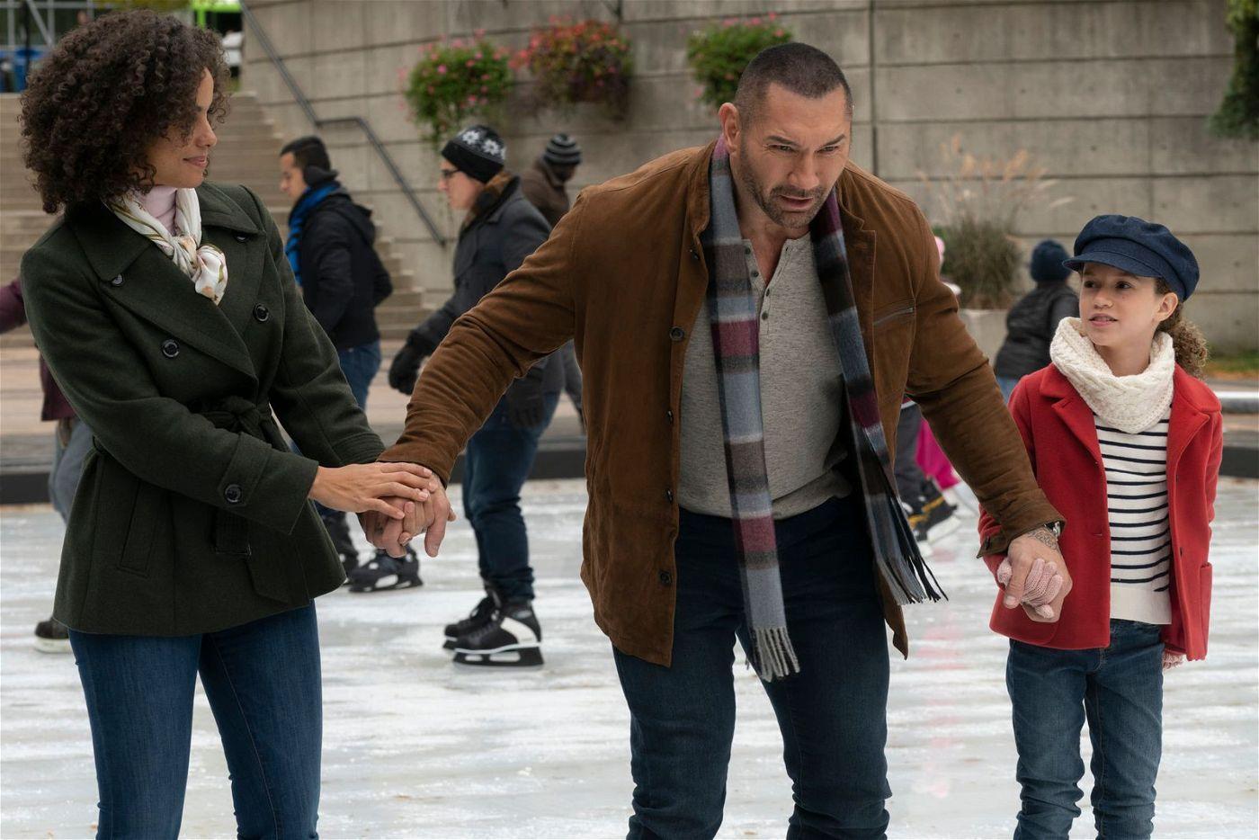 Zusammen mit Sophie (Chloe Coleman, rechts) und ihrer Mutter (Parisa Fitz-Henley) wagt sich JJ (Dave Bautista) aufs Eis.