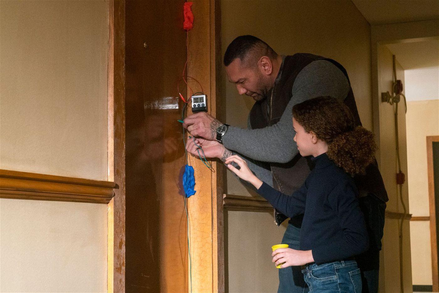 Wie öffnet man eine verschlossene Tür? Sophie (Chloe Coleman) und JJ (Dave Bautista) geben sich alle Mühe.