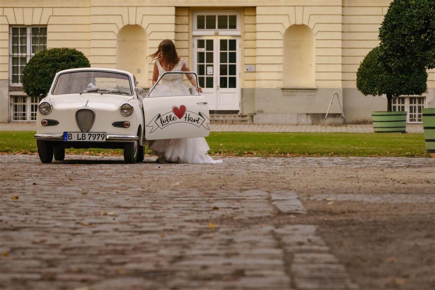 Eigentlich wollte Lolle (Felicitas Woll) ihren Freund Hart heiraten, doch dann platzt Sven unerwartet in die Feier.