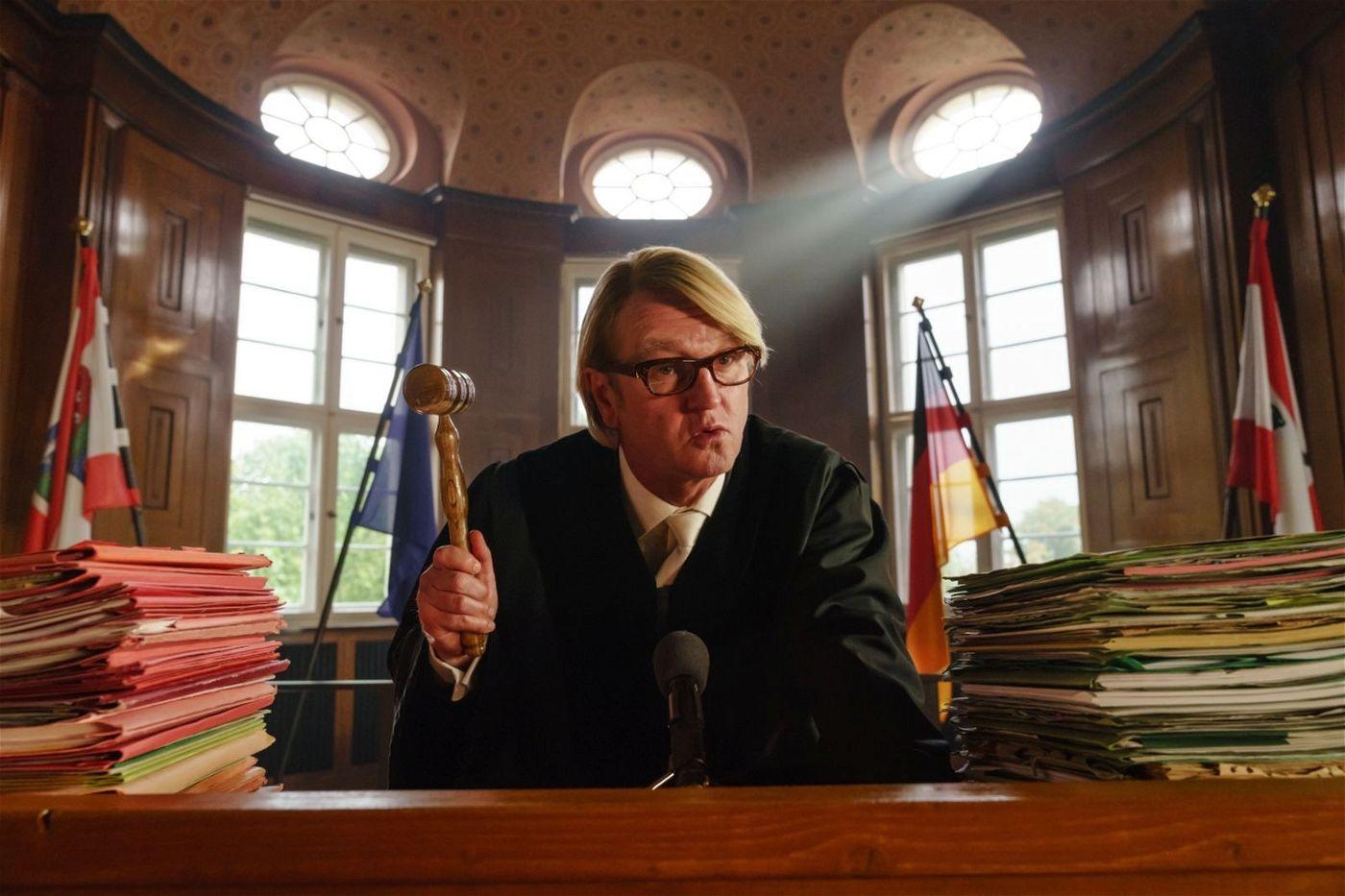 Der Richter (Detlev Buck) fällt das Urteil: Lolle muss 40 Sozialstunden an einer Schule ableisten.