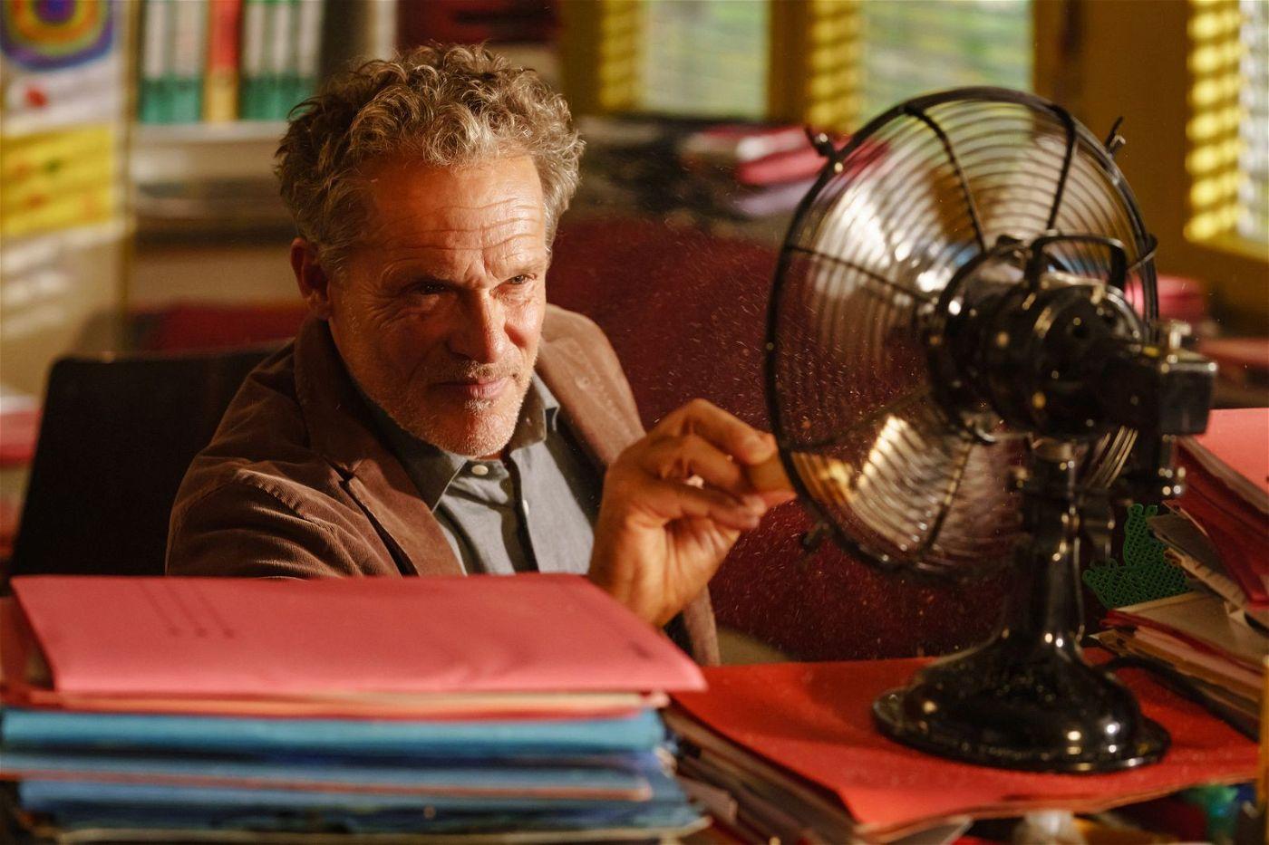 Der Schulleiter (Christian Tramitz) leidet unter Burn-out und möchte sich selbst mit einem Ventilator verletzen.