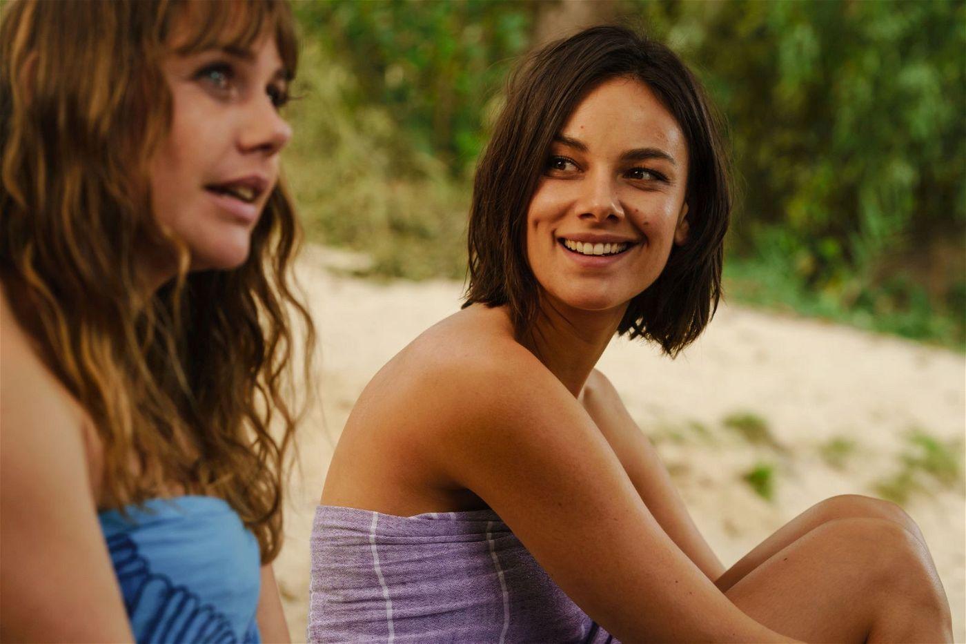 Während ihrer Rückreise nach Berlin beginnen sich Lolle (Felicitas Woll, links) und Dana (Janina Uhse) immer mehr anzufreunden.