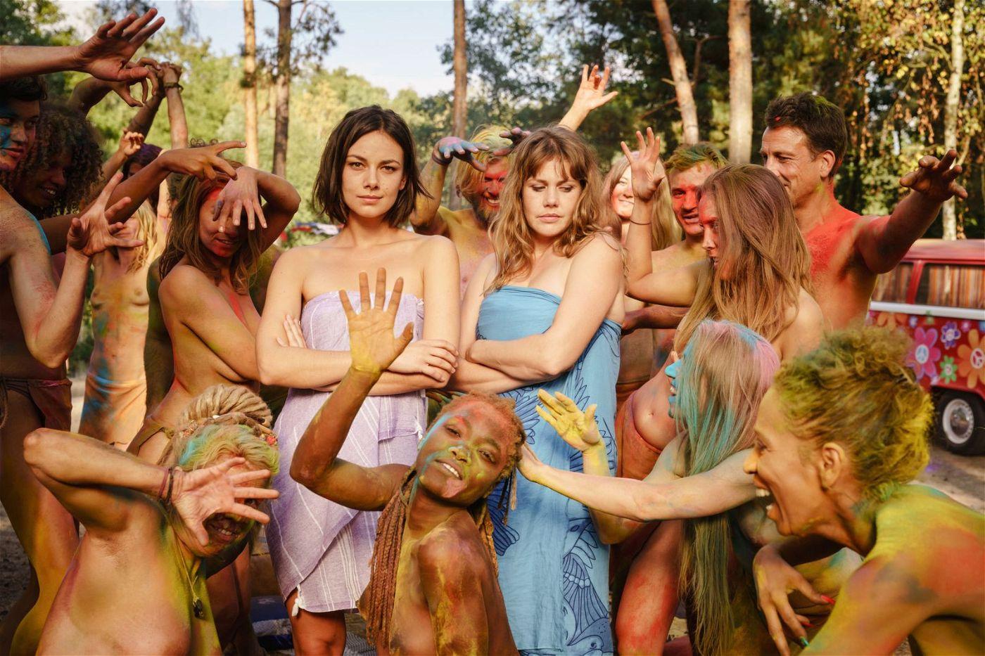 Auf dem Rückweg nach Berlin treffen Dana (Janina Uhse) und Lolle (Felicitas Woll) auf eine Hippie-Kommune.