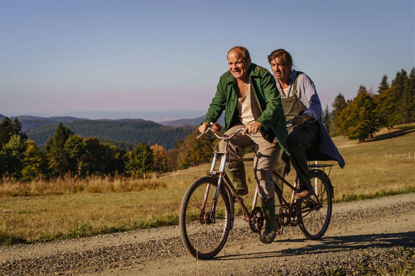 Sven (Jan Sosniok, rechts) und Hart (Matthias Klimsa) folgen Lolle auf ihrem Roadtrip vom Harz nach Berlin.