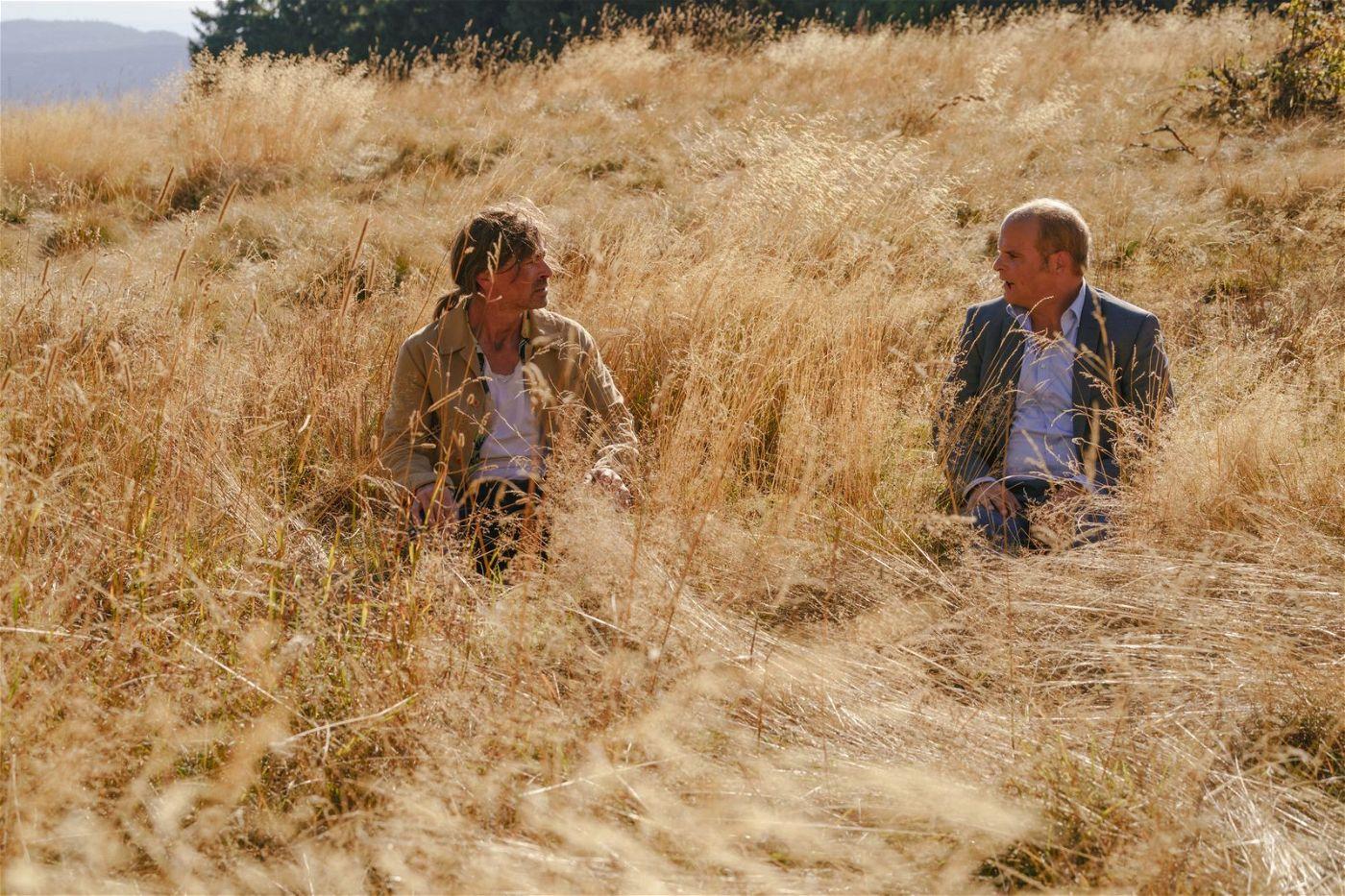 Auf ihrer Reise haben Sven (Jan Sosniok, links) und Hart (Matthias Klimsa) Zeit, sich endlich auszusprechen.