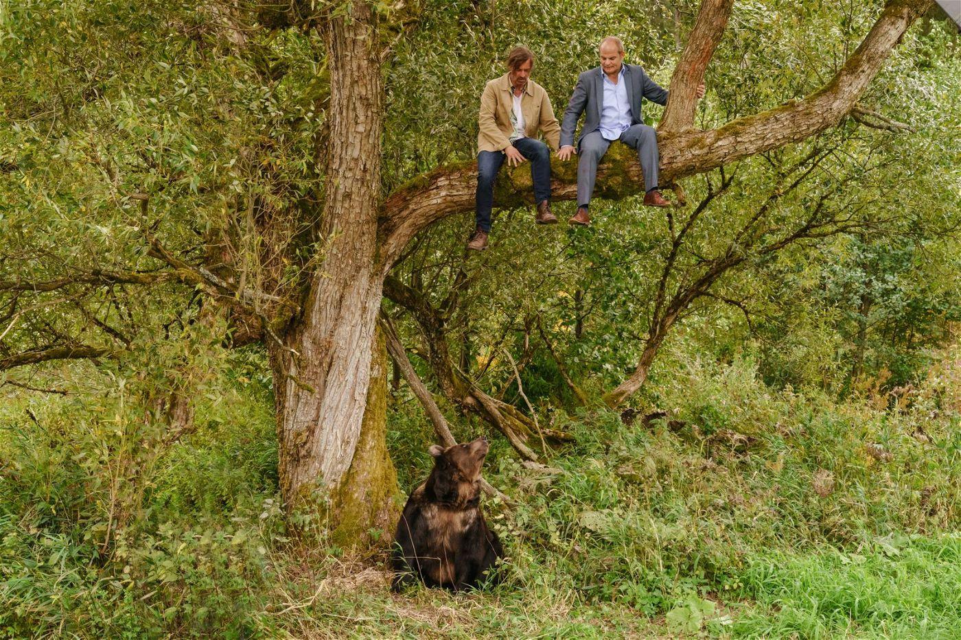 Auch Sven (Jan Sosniok, links) und Hart (Matthias Klimsa) haben so manches Abenteuer zu meistern.