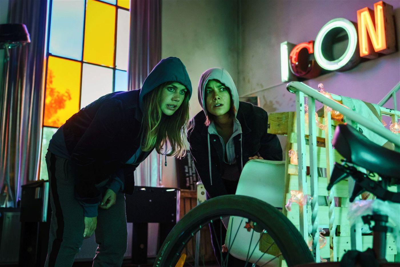 Um ihr gestohlenes Tablet wiederzubekommen, brechen Lolle (Felicitas Woll, links) und Dana (Janina Uhse) in ein Bordell ein.
