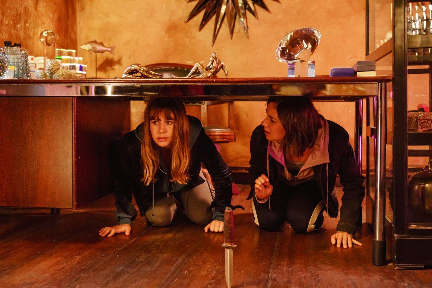 Noch ahnen Lolle (Felicitas Woll, links) und Dana (Janina Uhse) nicht, vor wem sie sich verstecken.