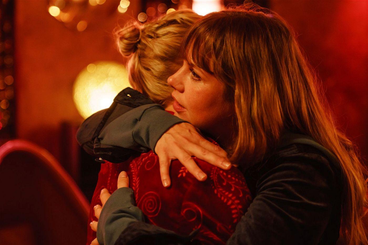 Lolle (Felicitas Woll, rechts) und Rosalie (Sandra Borgmann) haben sich ewig nicht mehr gesehen.