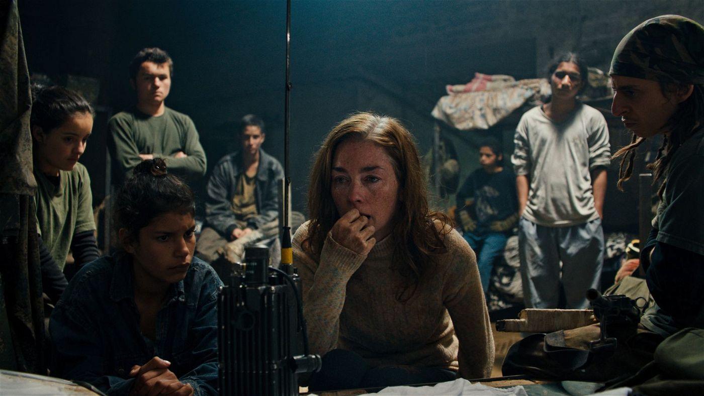 Die Nachwuchssoldaten haben nicht viel zu tun, sie müssen eigentlich nur auf eine Geisel aufpassen, die sie Doctora (Julianne Nicholson) nennen.