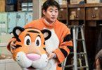 Tae-soo (Ahn Jae-hong) zeigt seinen Kollegen, wie er sich die Zukunft des Zoos vorstellt. Nur am Kostüm muss noch ein wenig gearbeitet werden ...