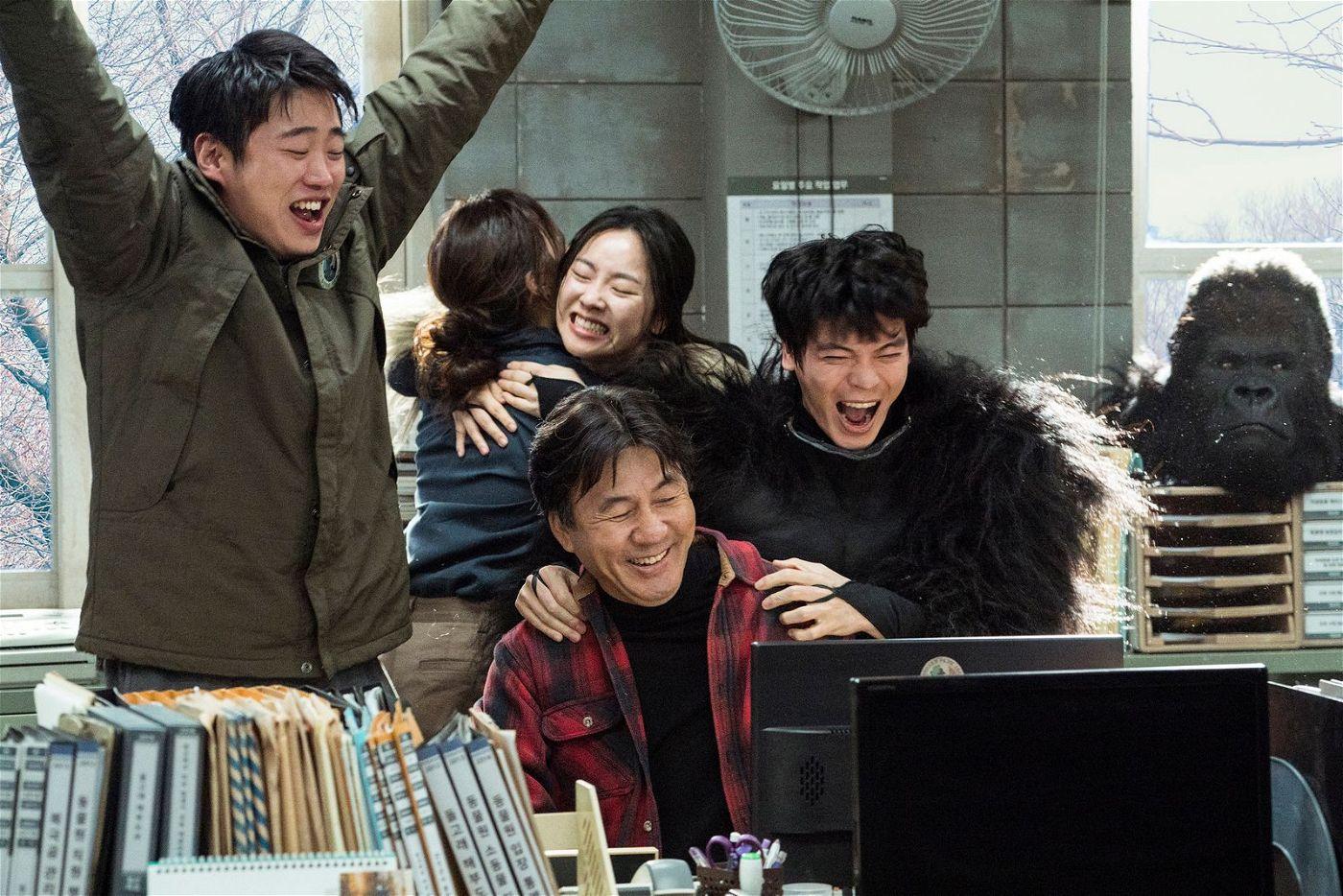Der neue Zoodirektor Tae-soo (Ahn Jae-hong, links) und seine Angestellten freuen sich, dass endlich wieder Besucher kommen.