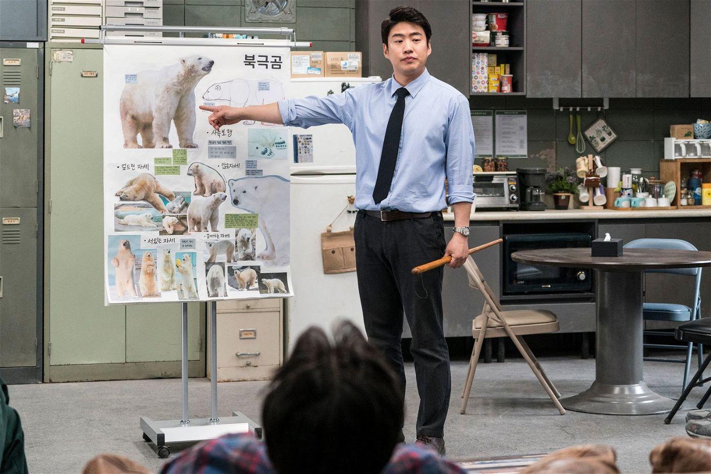 Tae-soo (Ahn Jae-hong) erklärt, wie sich ein Eisbär bewegt.