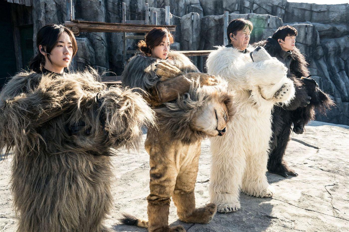 Die Mitarbeiter des Zoos schlüpfen probeweise in ihre Kostüme.