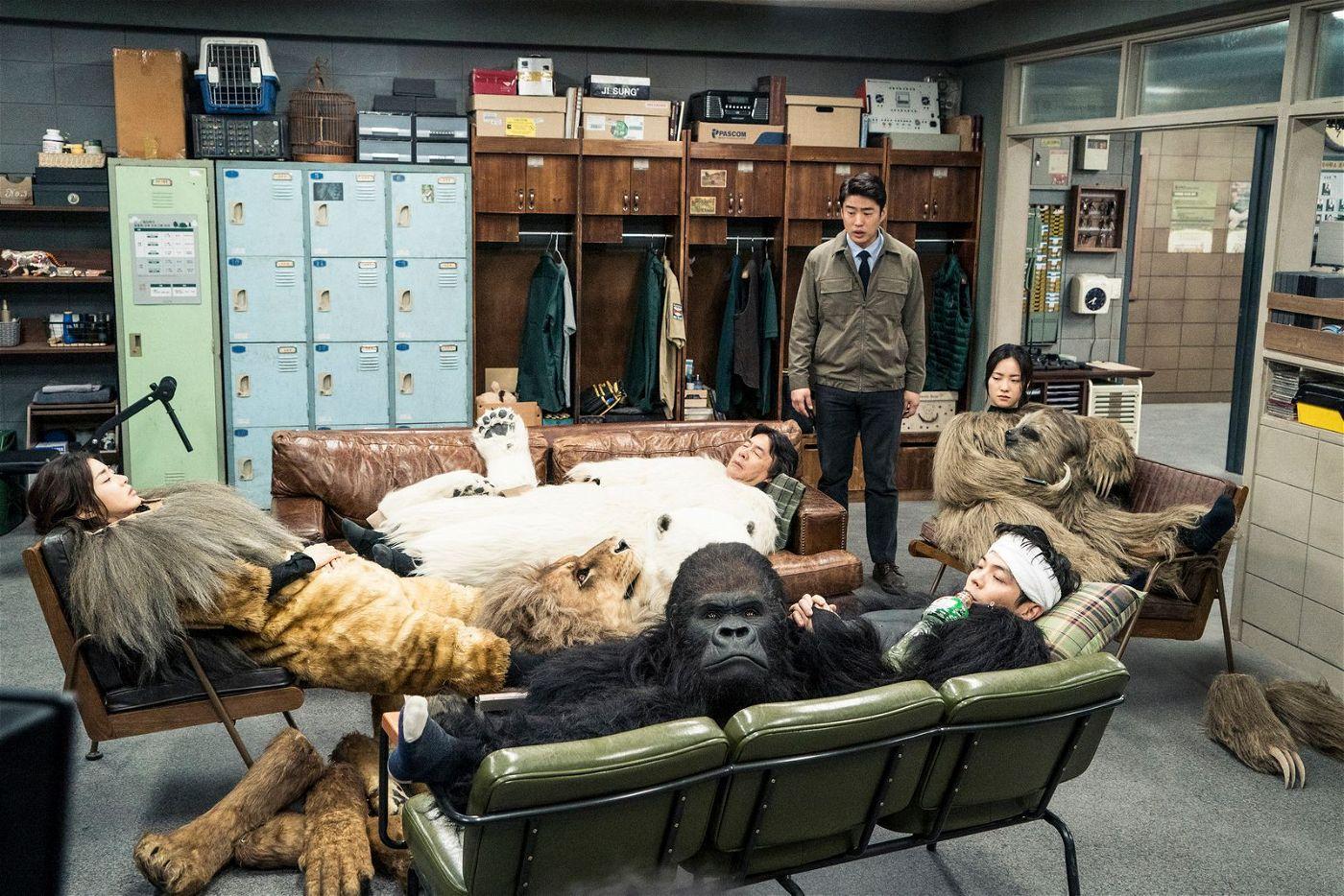 Nach tierisch anstrengender Arbeit gönnen sich Löwe (Kang So-ra), Eisbär (Park Young-kyu), Gorilla (Kim Sung-oh) und Faultier (Jeon Yeo-been) eine Pause. Zoochef Tae-soo (Ahn Jae-hong, stehend) ist aber noch nicht ganz zufrieden.