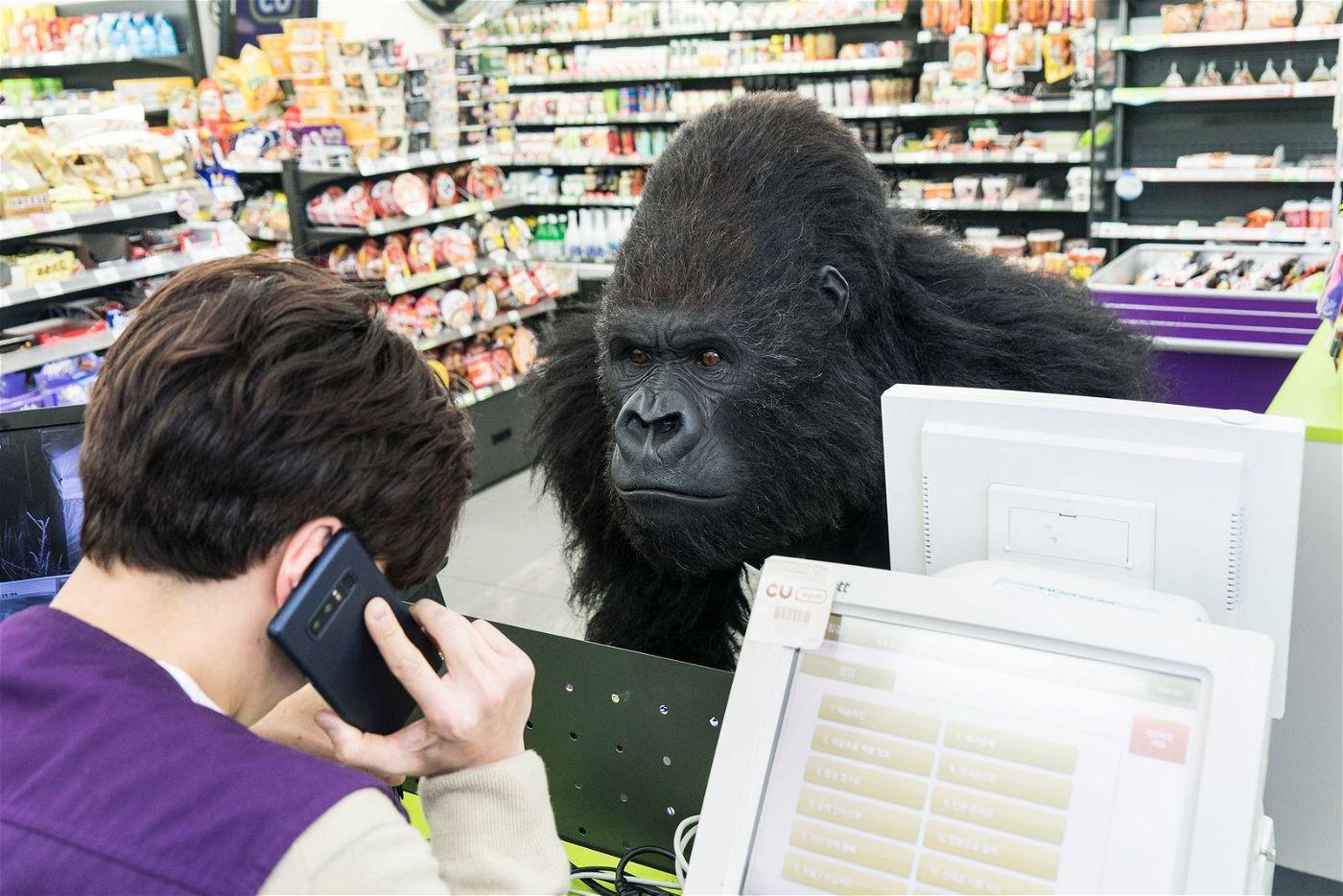 Im Gorilla-Kostüm bricht Gun-wook (Kim Sung-oh) in einen kleinen Kiosk ein.