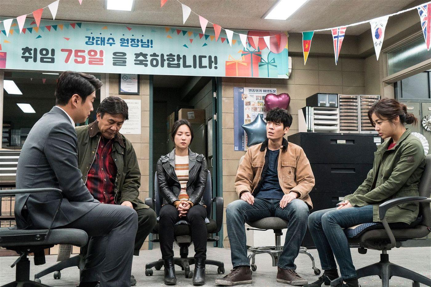 Direktor Tae-soo (Ahn Jae-hong) überlegt mit seinen Mitarbeitern Seo (Park Young-kyu), Hye-kyung (Jeon Yeo-been), Gun-wook (Kim Sung-oh) und So-won (So-ra Kang, von links), wie der Zoo gerettet werden kann.