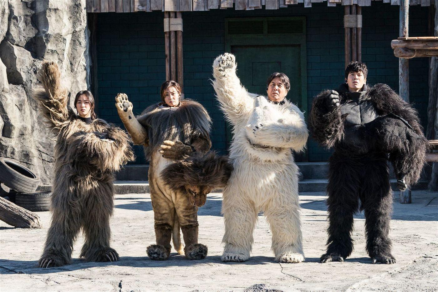 Die Mitarbeiter des Zoos haben sich als Faultier (Jeon Yeo-been), Löwe (Kang So-ra), Eisbär (Park Young-kyu) und Gorilla (Kim Sung-oh) verkleidet - und warten nun auf die ersten Besucher.