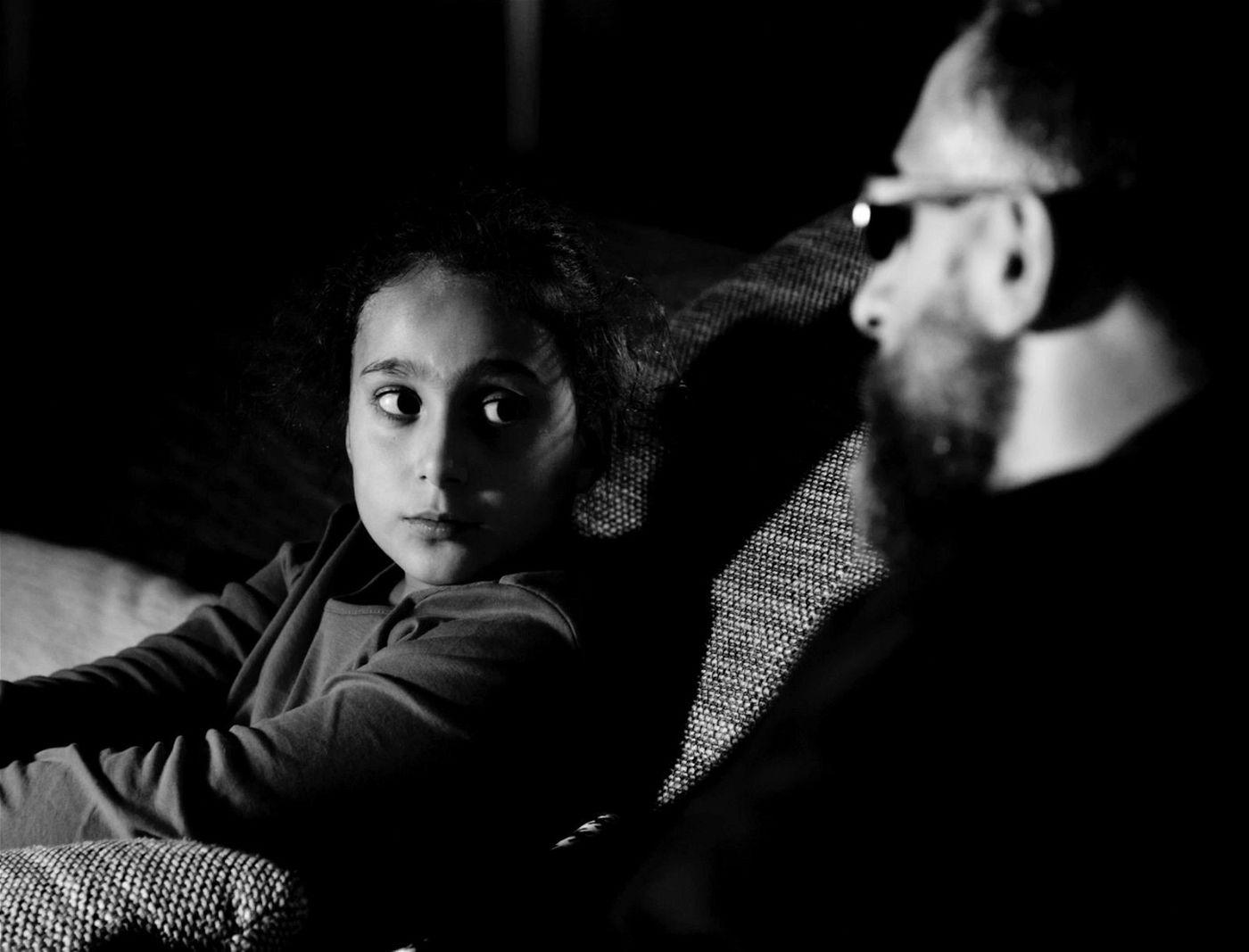 Momo (Kida Khodr Ramadan) fühlt sich verantwortlich für das kleine Mädchen (Dunya Ramadan) und steckt in Schwierigkeiten.