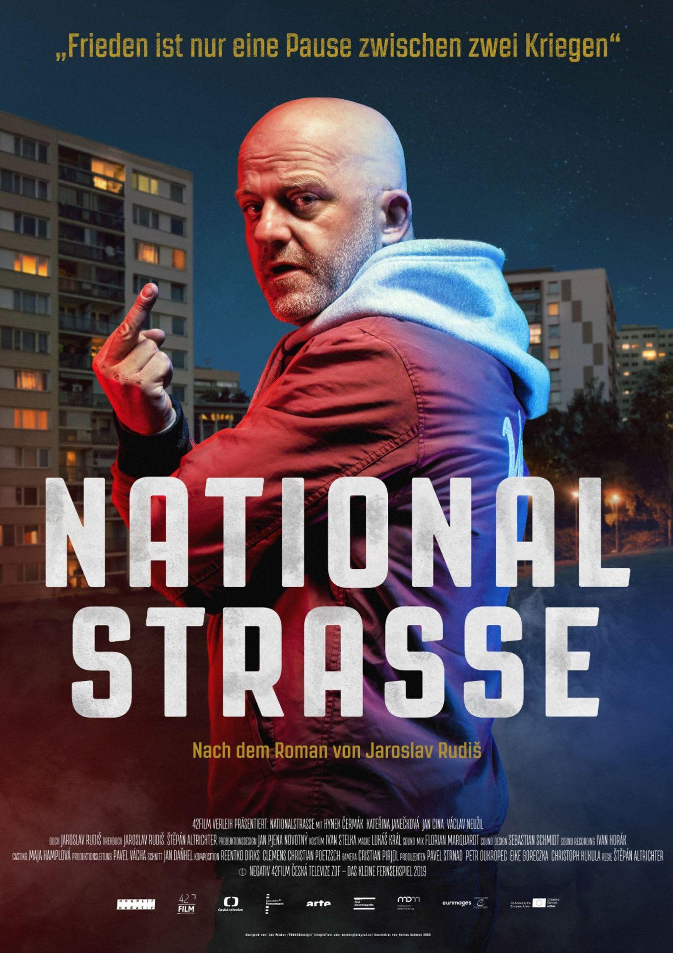 """Dass sich Vandam nach einem belgischen Actionstar benannt hat, ist kein Zufall. Für den streitbaren Protagonisten in der poetisch-brutalen Romanverfilmung """"Nationalstraße"""" ist klar: Man schlägt sich am besten mit geballten Fäusten durchs Leben."""