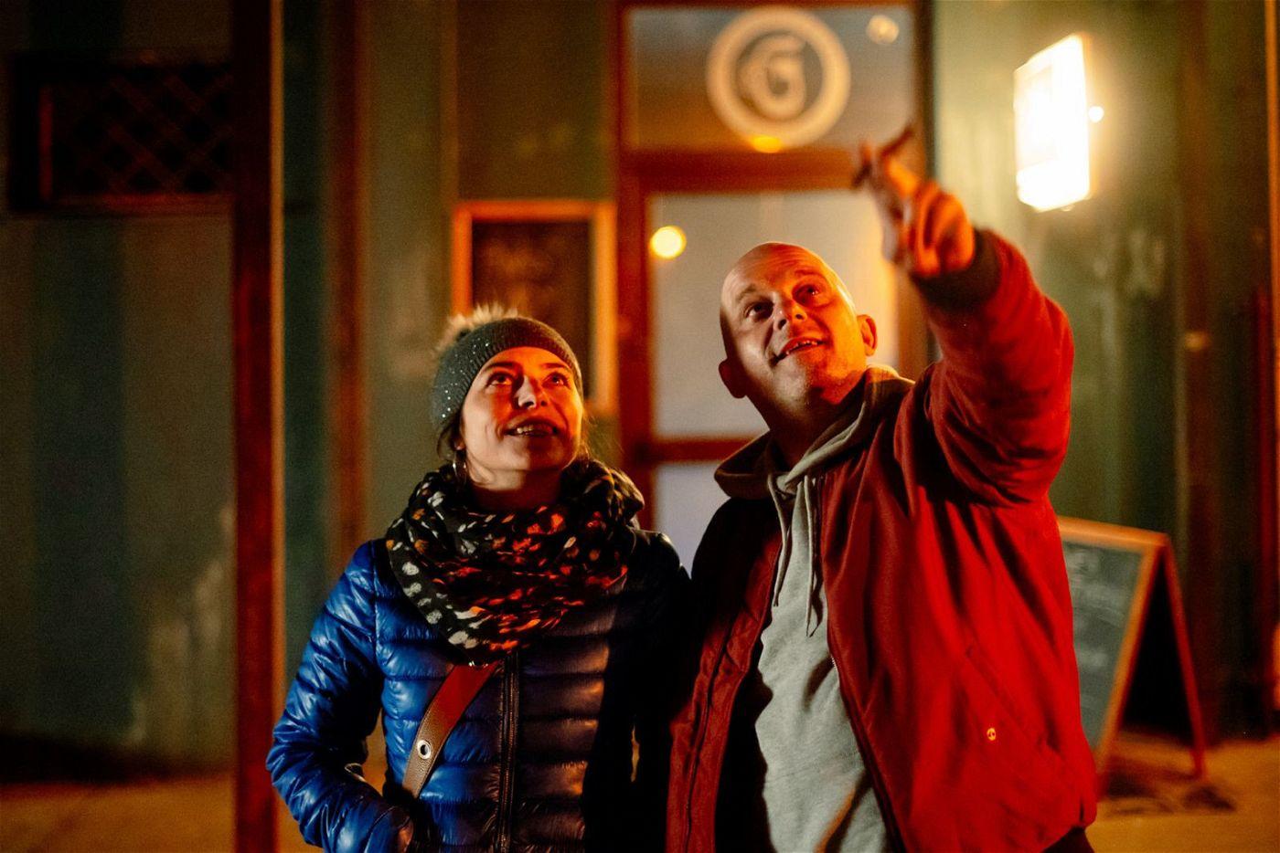 Vandam (Hynek Cermak) genießt mit Lucka (Katerina Janeckova) eine kurze Pause zwischen zwei Kriegen.