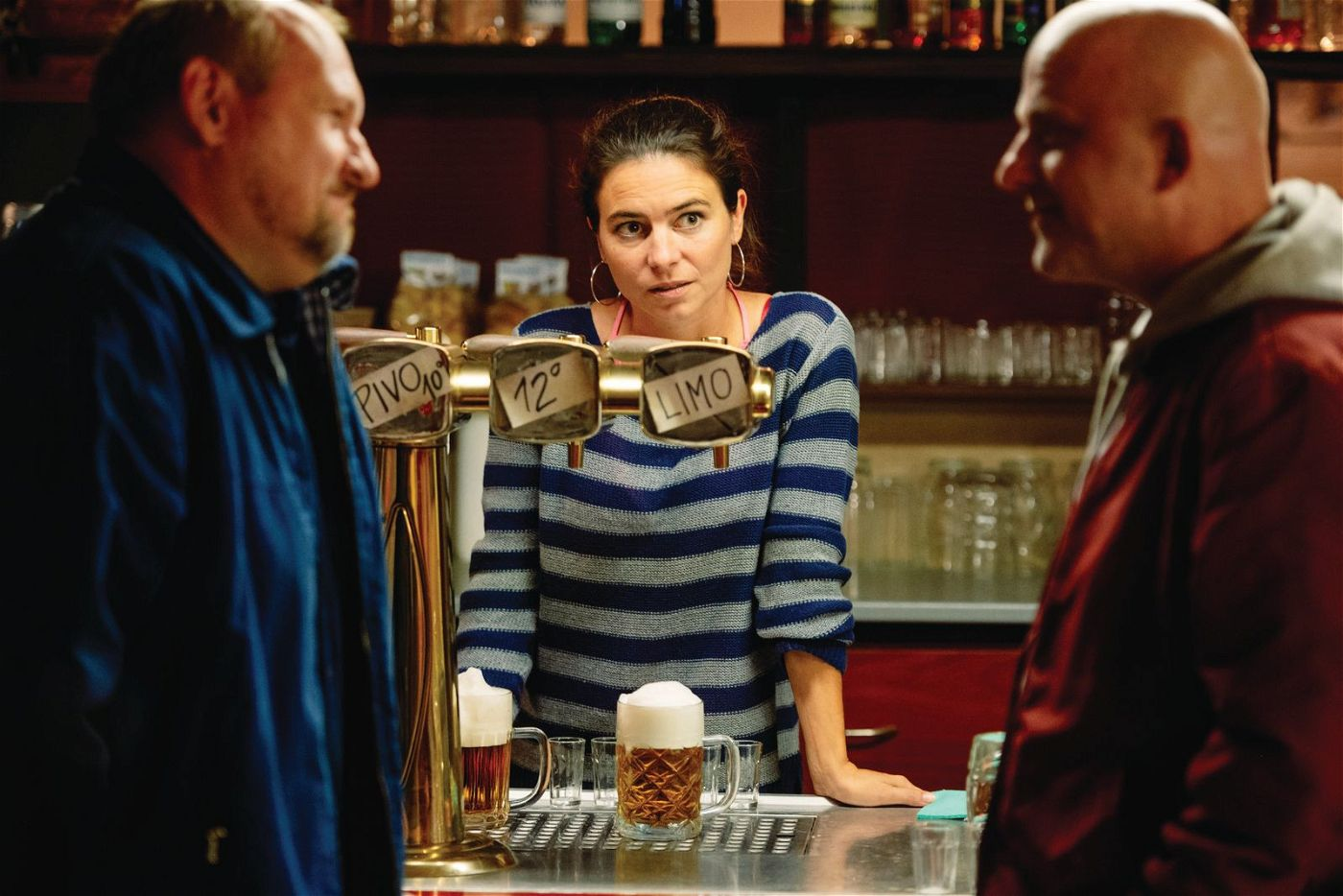 Mit Vandam (Hynek Cermak, rechts) sollte man sich besser nicht anlegen - und erst recht nicht seine heimliche Liebe Lucka (Katerina Janeckova) bedrängen.