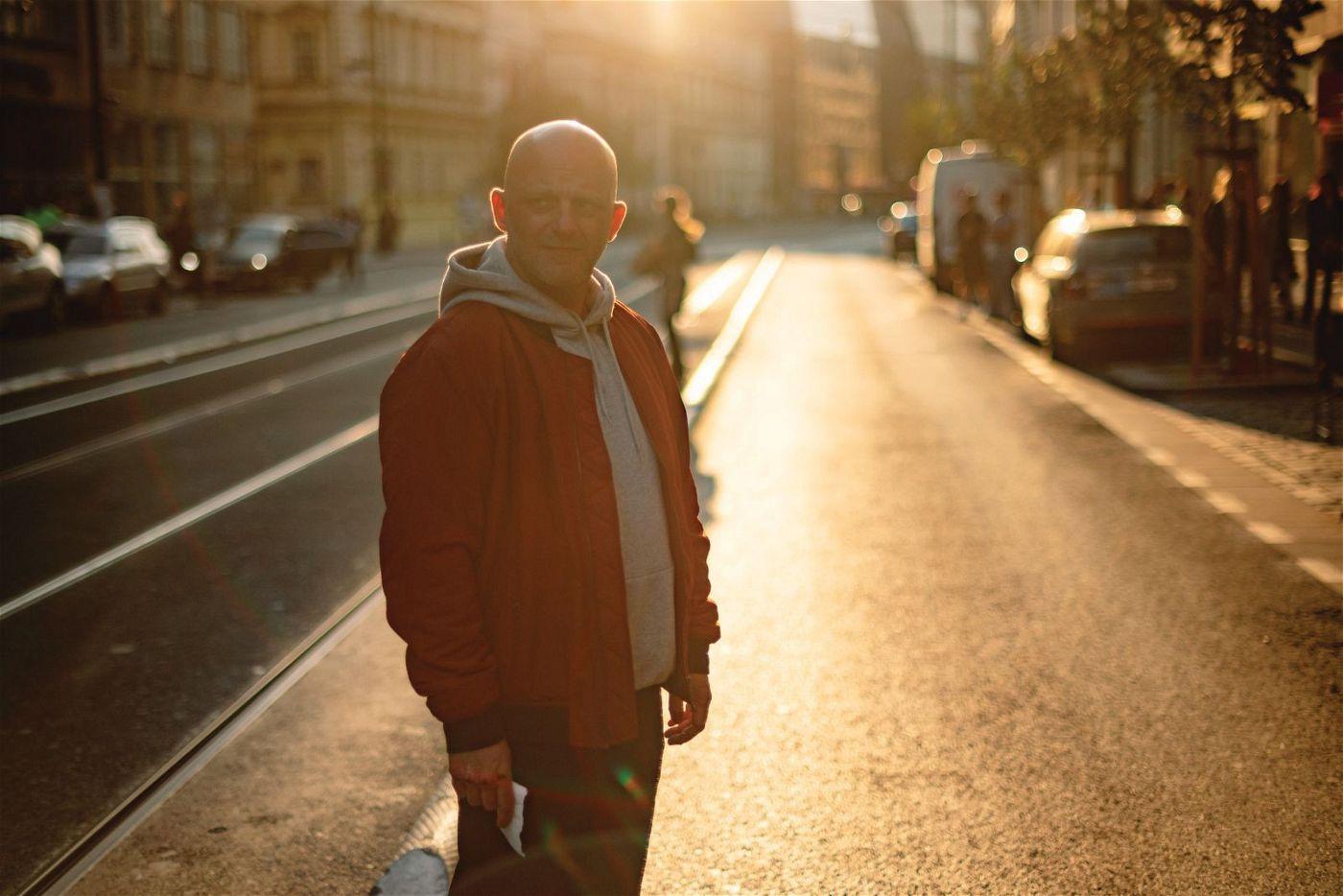 Vandam (Hynek Cermak) wagt sich in seinem Kampf gegen die moderne Gesellschaft in die Höhle der Löwen: In der Prager Innenstadt wirkt er wie ein Fisch, der aus dem Wasser gesprungen ist.