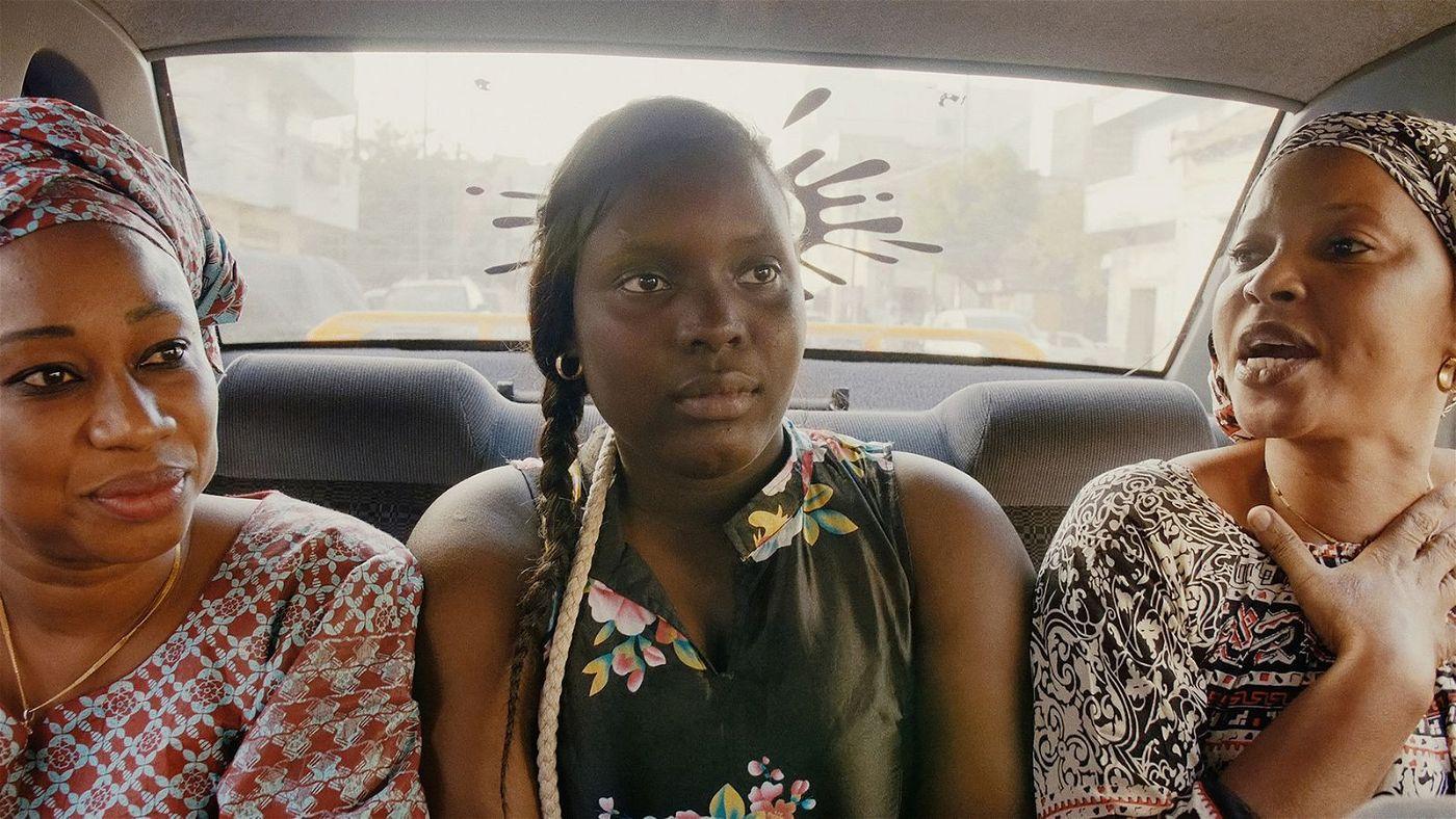 Mamadou fährt in Dakar drei Damen durch die Stadt.