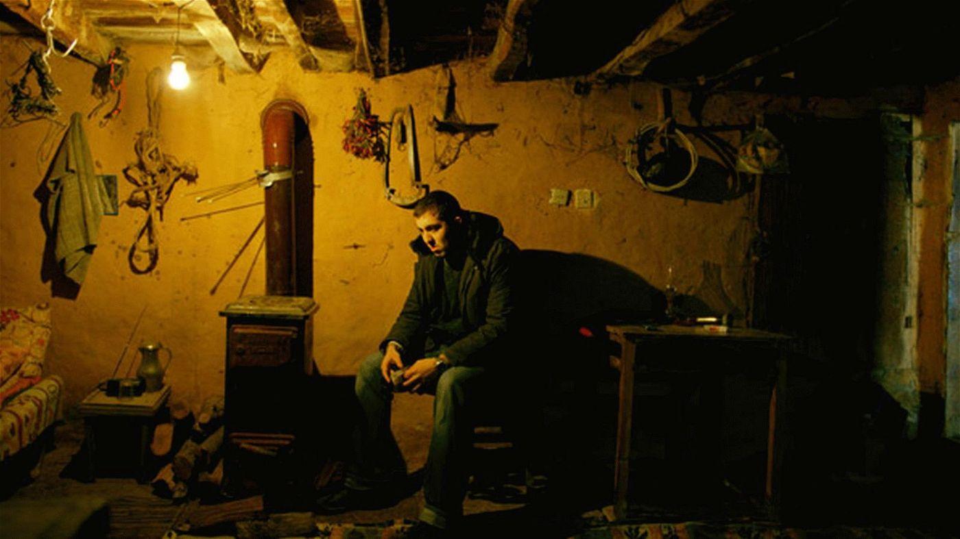 Sinan (Dogu Demirkol) besucht seinen Vater, der sich in den Keller seines Elternhauses zurückgezogen hat.