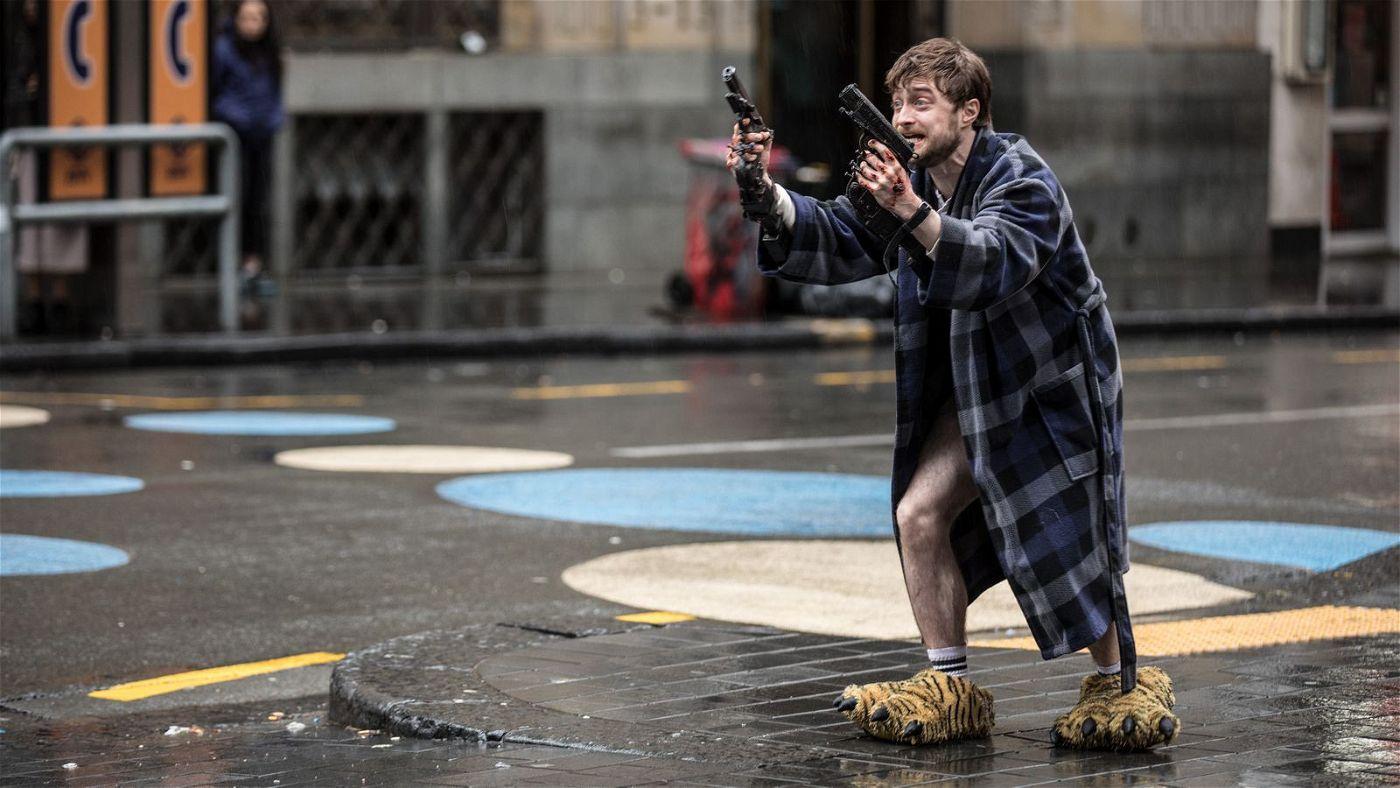 Nachdem die Waffen an seine Hände geschraubt wurden, flüchtet Miles (Daniel Radcliffe) in kampfuntauglichem Outfit aus dem Haus.