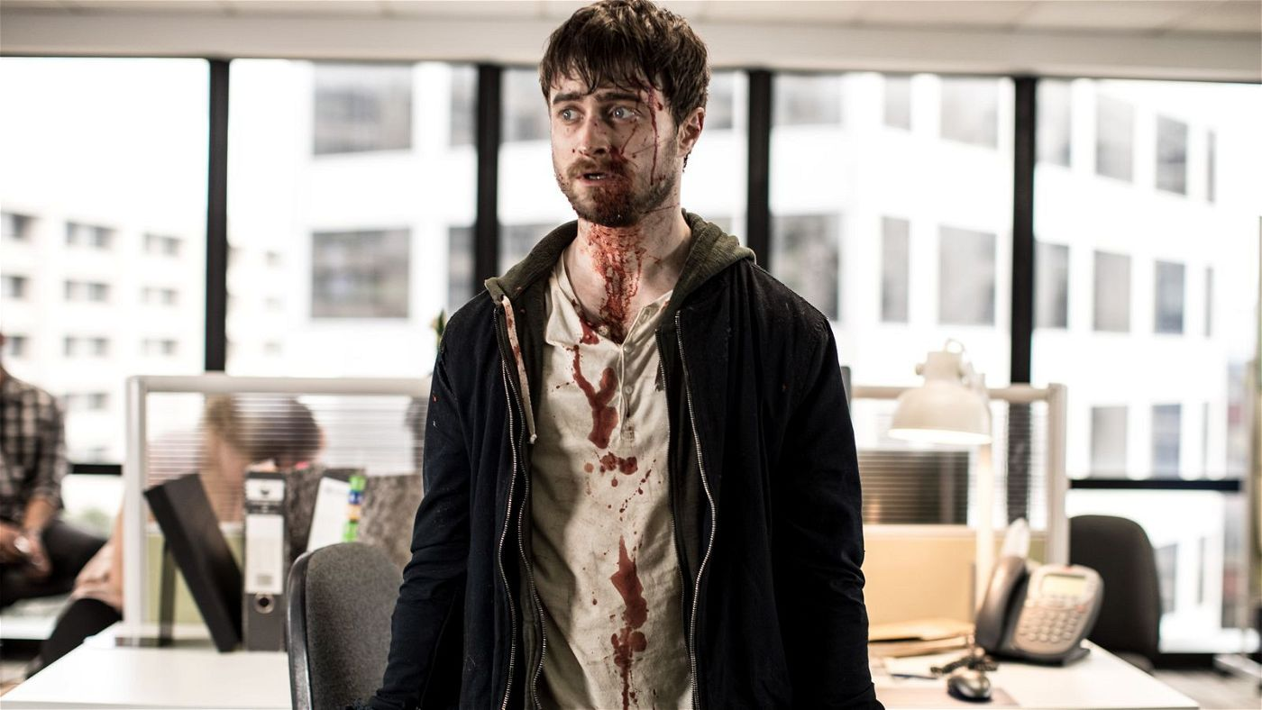 Auch an seinem Arbeitsplatz ist der vollkommen überforderte Miles (Daniel Radcliffe) nicht sicher.