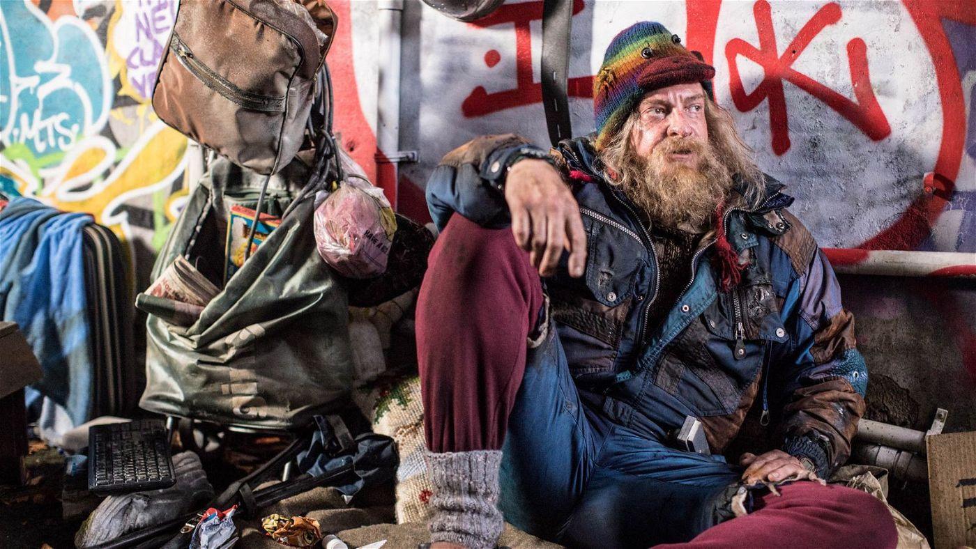 Auf seiner Flucht macht Miles die Bekanntschaft des Obdachlosen Glenjamin (Rhys Darby).