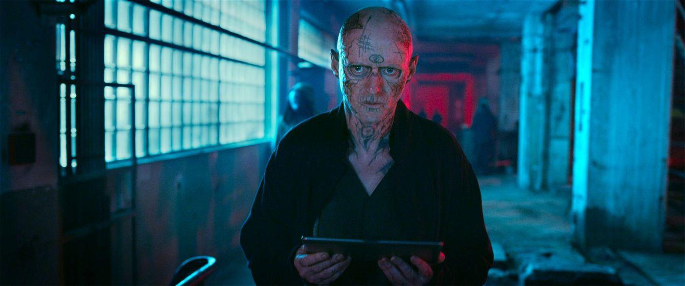 """Der verrückte Riktor (Ned Dennehy) betreibt das im Darknet live übertragene Killerspiel """"Skizm""""."""
