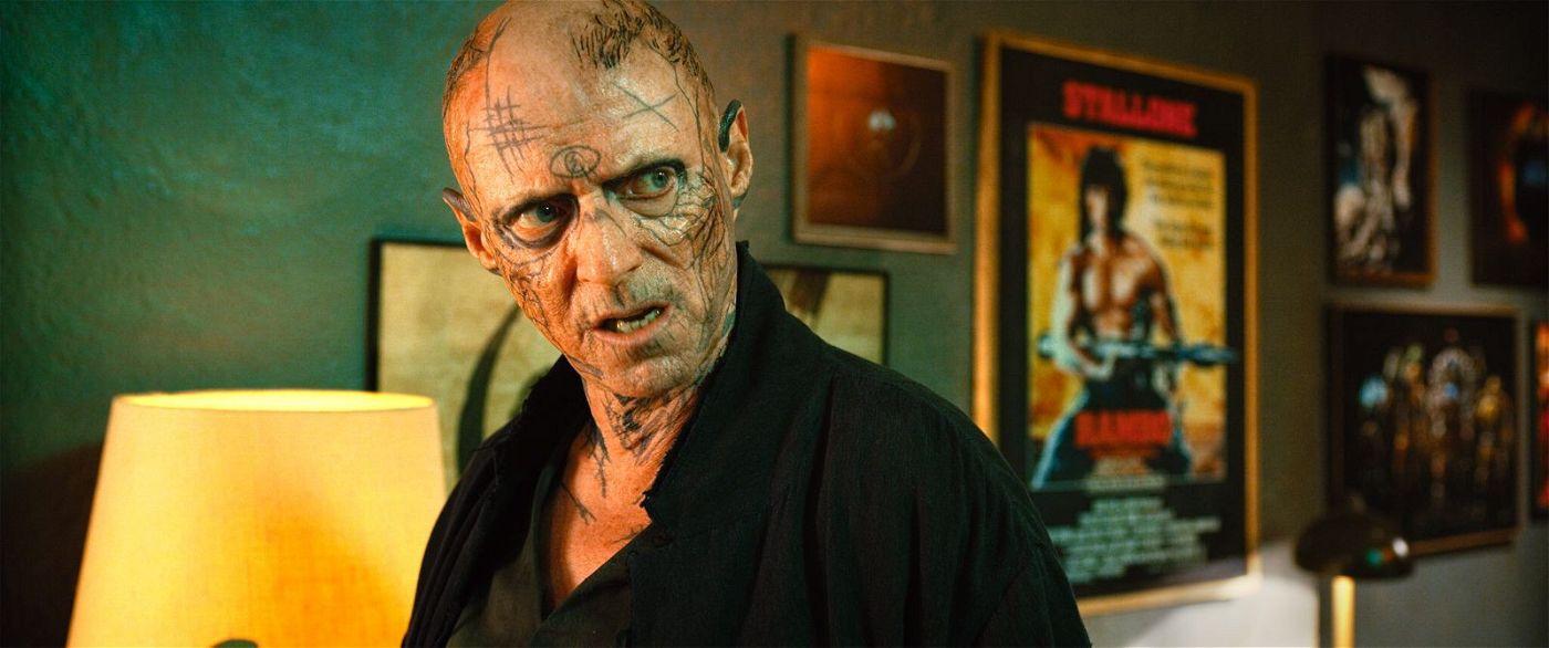 """""""Skizm""""-Veranstalter Riktor (Ned Dennehy) stattet dem pöbelnden Miles einen folgenreichen Besuch in dessen Wohnung ab."""