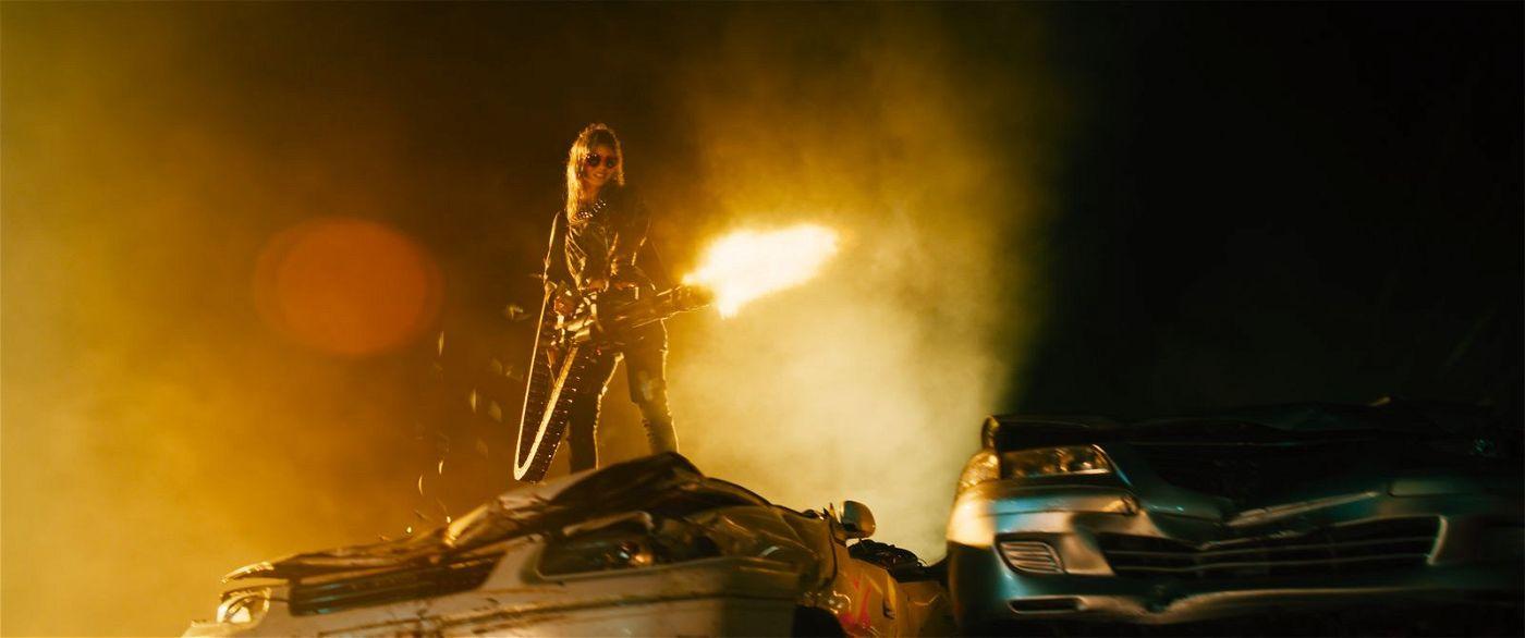 Nix (Samara Weaving) kennt keine Gnade und lässt am liebsten die Feuerkraft sprechen.