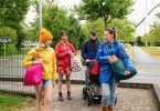 Für die Pflegefamilie rund um Mama Anna (Alexandra Neldel, rechts) geht es in den Urlaub - und mitten in unvorhergesehene Zwischenfälle.