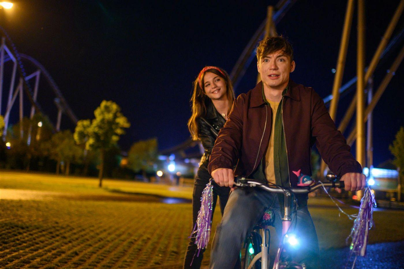 Gia (Lisa-Marie Koroll) bringt Ludwig (Heiko Lochmann) das Fahrradfahren bei.