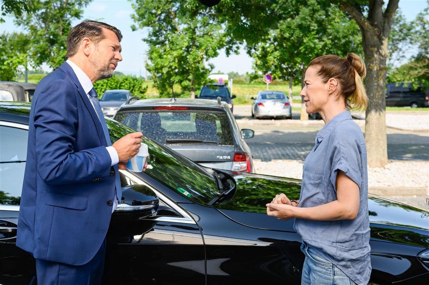 Anna (Alexandra Neldel) baut auf dem Rastplatz einen Unfall - und rammt Hubertus' (Kai Wiesinger) Wagen.