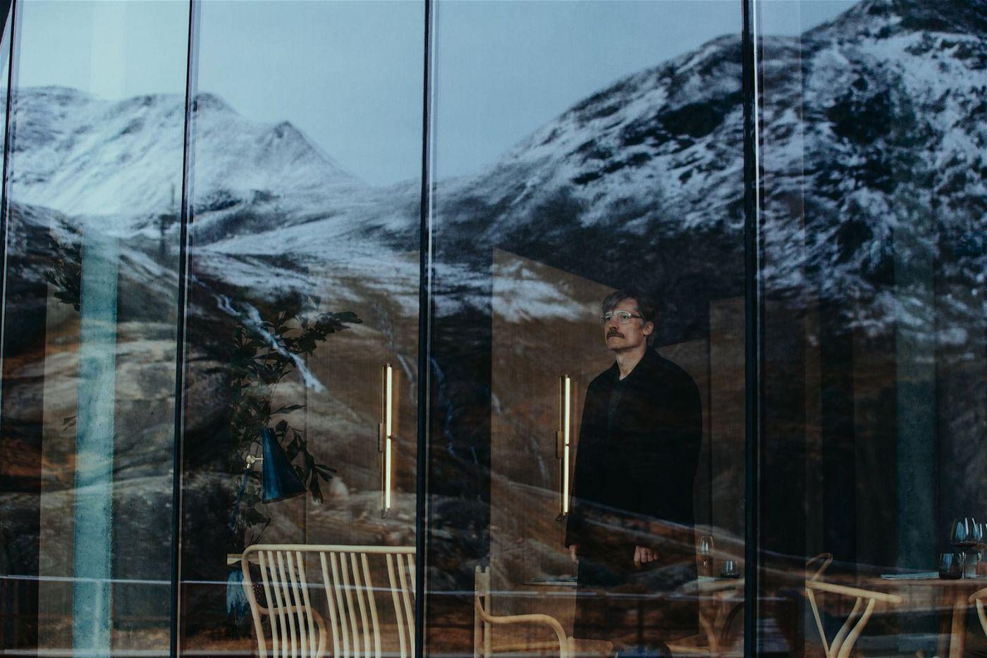 Max (Nikolaj-Coster-Waldau) wartet im Hotel Aurora auf seinen Tod.