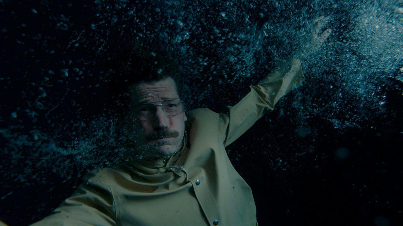 In einem verzweifelten Moment versucht Max (Nikolaj Coster-Waldau), sich zu ertränken.