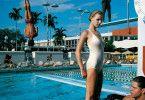 Typische Helmut Newton-Schönheit in Badekleidung: Arena, New York Times. Obwohl Newton einer jüdischen Berliner Familie entstammte, war sein Stil von Leni Riefenstahls Körper-Inszenierungen beeinflusst.