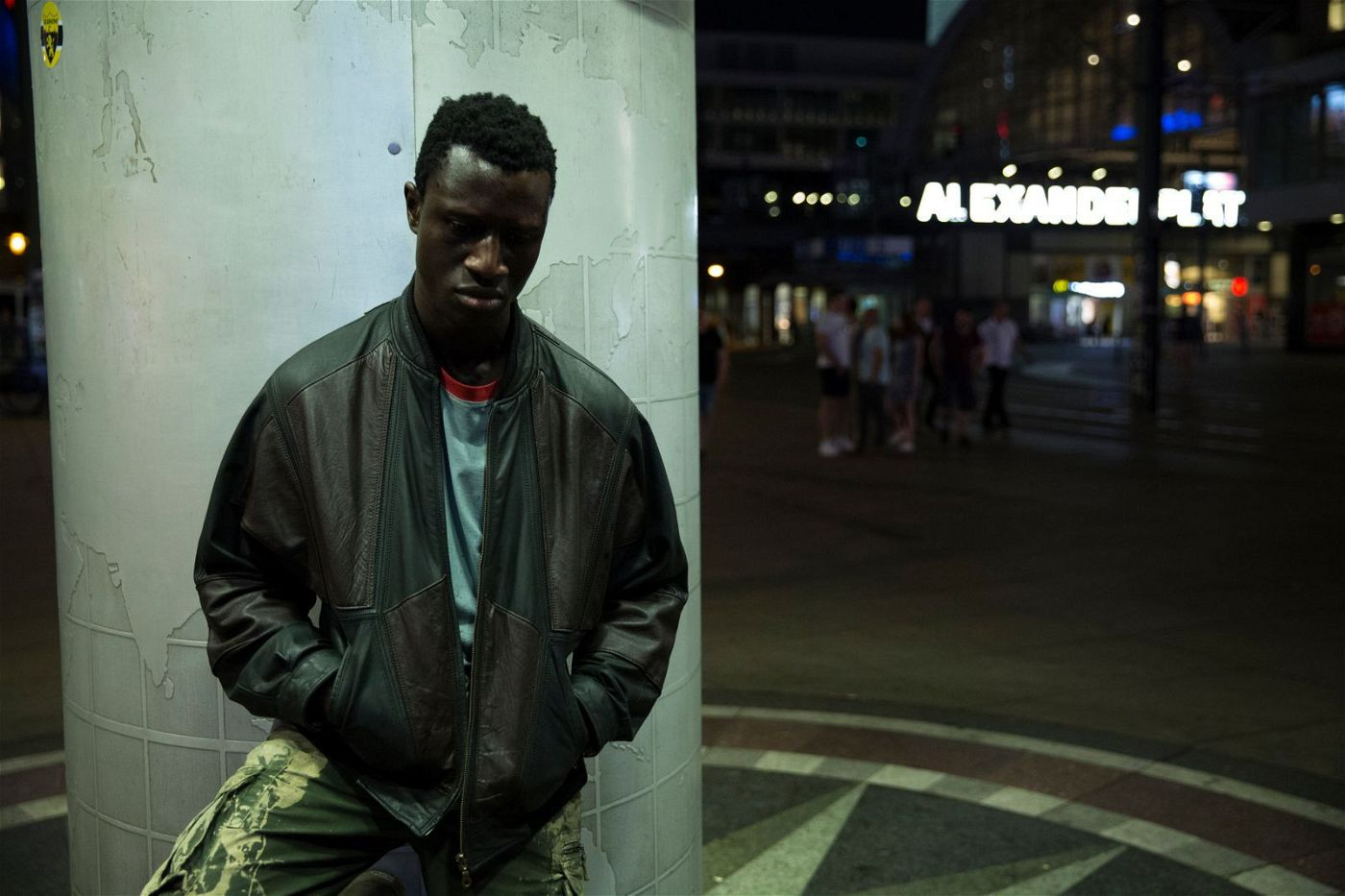 Francis (Welket Bungué) kommt voller Hoffnung nach Berlin. Aber die Stadt heißt ihn nicht willkommen.