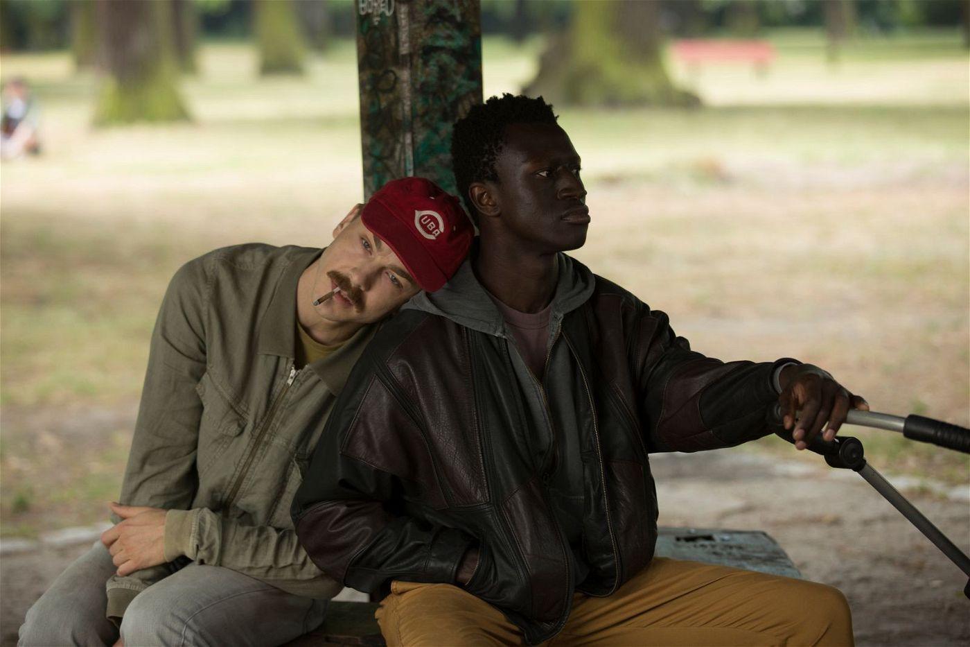 Reinhold (Albrecht Schuch, links) und Francis (Welket Bungué) sind einander in einer toxischen Freundschaft ergeben.