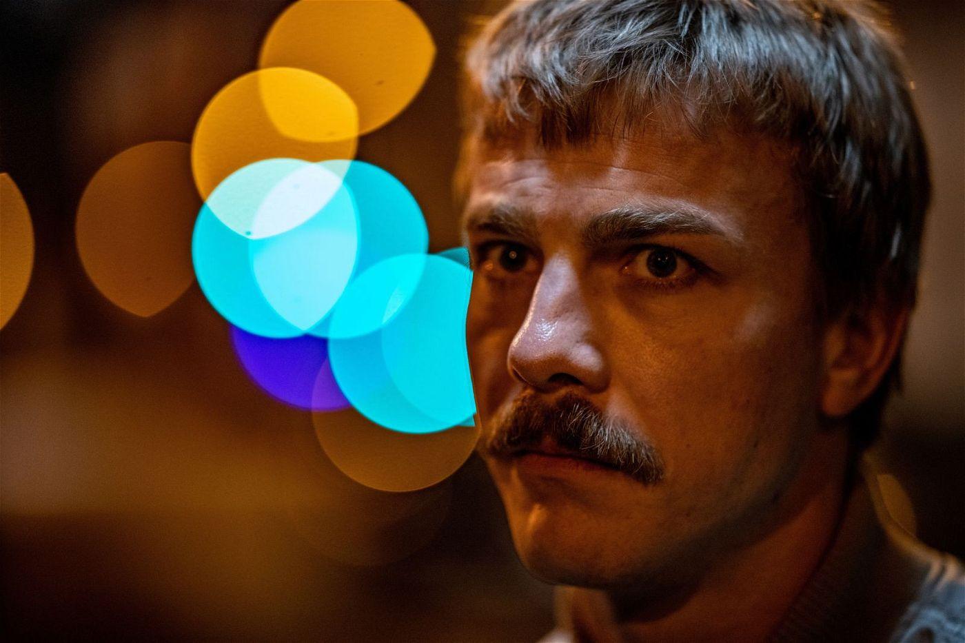 Albrecht Schuch spielt den Gangster Reinhold mit Gerissenheit, mit teuflischer Manie, mit Zerbrechlichkeit und Erbärmlichkeit.