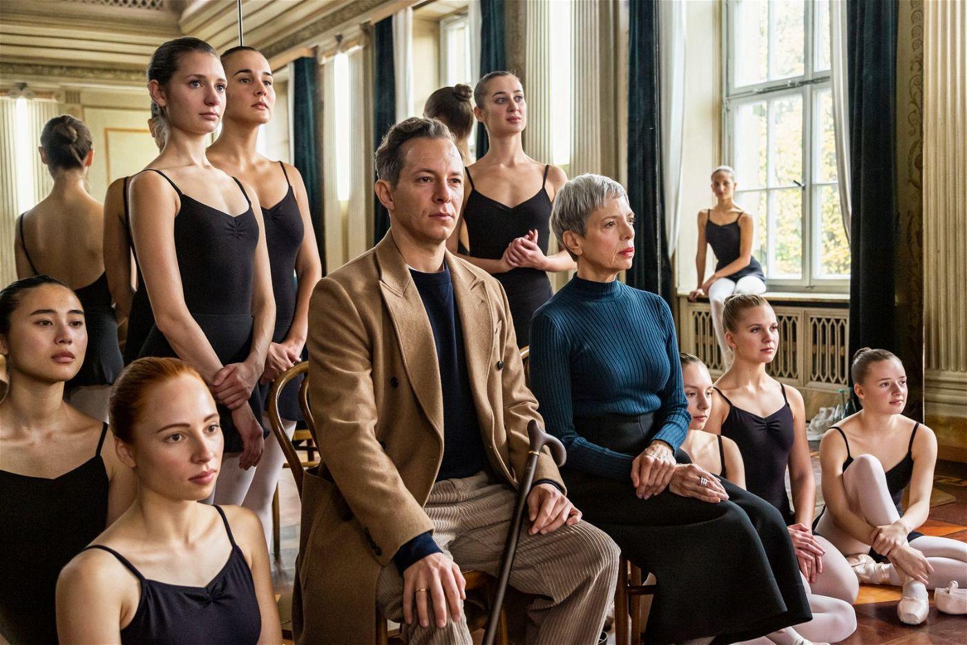 Katyas Vater Victor (Trystan Pütter) erwartet von seiner Tochter, in seine Fußstapfen als Tänzer zu treten. Die strenge Lehrerin Frau Rosebloom (Helen Schneider) soll dafür sorgen.