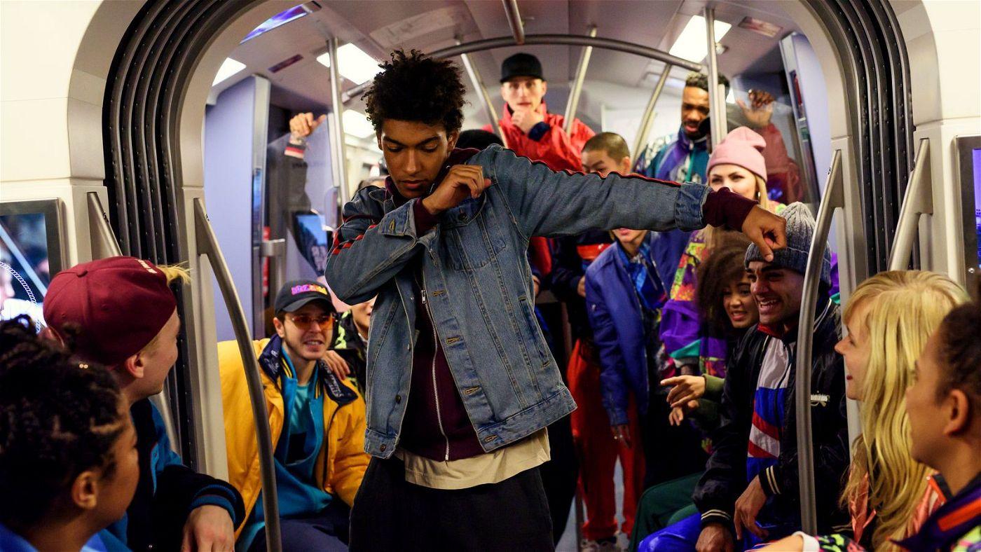 Marlon (Yalany Marschner) zeigt bei einer spontanen Tanzeinlage in der U-Bahn sein ganzes Können.