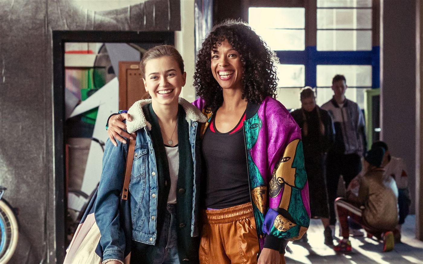Tanzlehrerin Feli (Ina Geraldine Guy, rechts) zeigt Katya (Alexandra Pfeifer), worauf es beim Urban Dance ankommt.