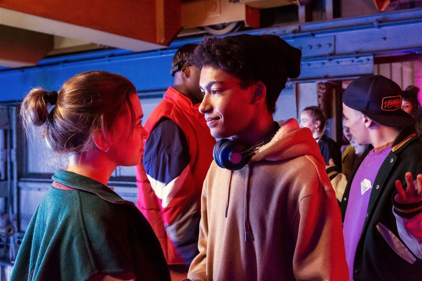 Marlon (Yalany Marschner) und Katya (Alexandra Pfeifer) kommen sich näher.